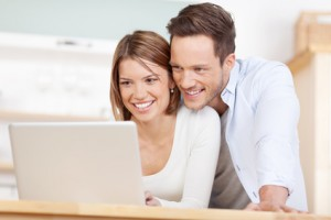 glückliches junges paar am laptop